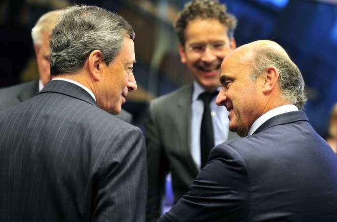 El presidente del BCE, Mario Draghi, conversa con Luis de Guindos en presencia de Jeroen Dijsselbloem.