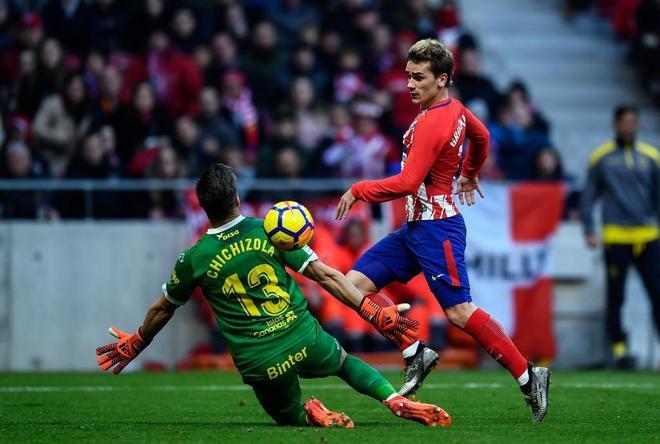 Antoine Griezmann pica la pelota por encima de Chichizola en la jugada de su gol.