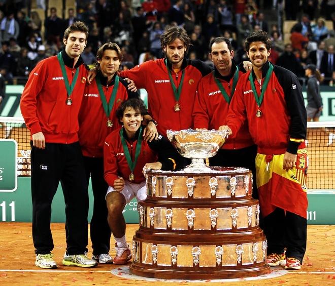 El equipo español posa con el trofeo de la Davis conquistada en La...