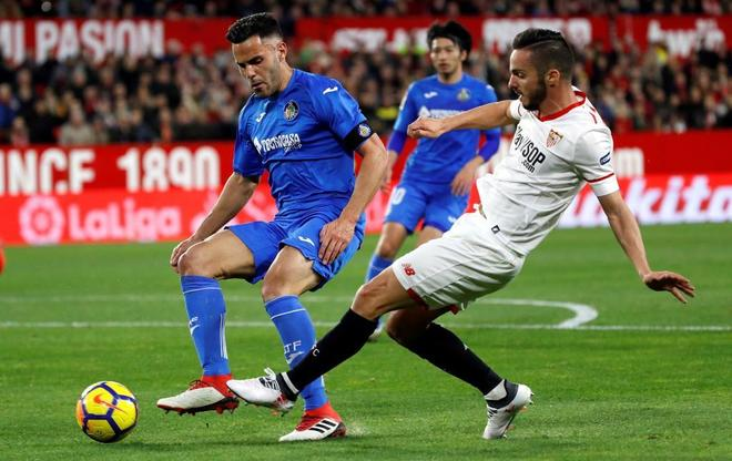 Pablo Sarabria y Bruno González pugnan por un balón durante el...