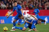 Bruno González y 'Cala' frenan a Wissam Ben Yedder durante el...