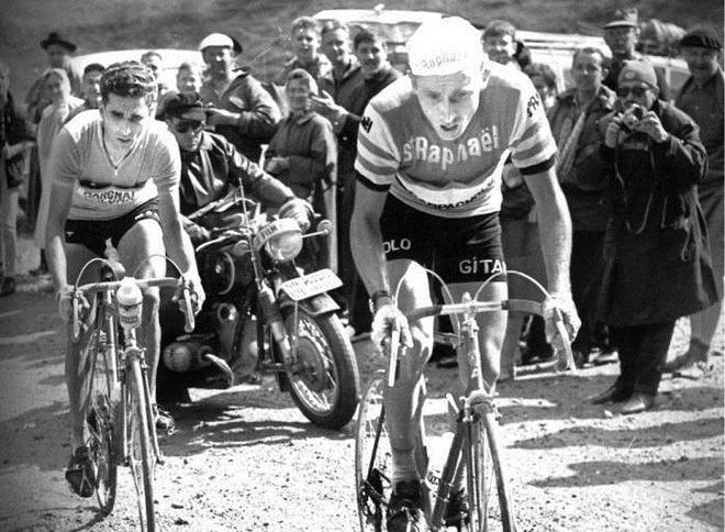 Federico Bahamontes y Jacques Anquetil durante el Tour de Francia de...