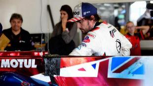 Alonso, tras tener que abandonar la pista por uno de los fallos...