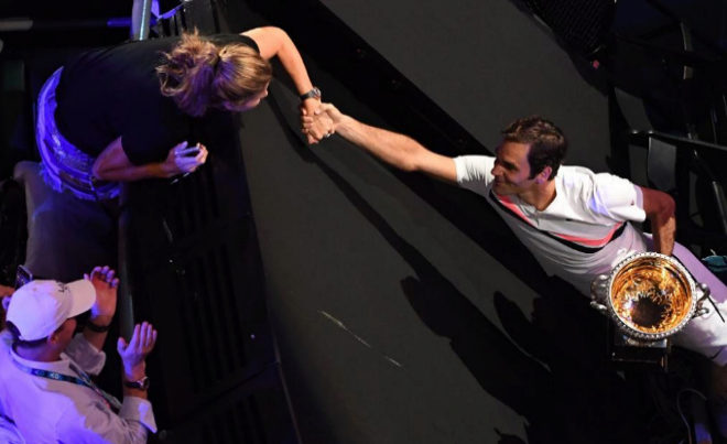 Roger Federer da la mano a su mujer tras conquistar su sexto Open de Australia.