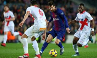 Leo Messi, autor del gol del triunfo, ante la defensa de Guillermo...