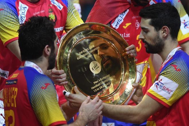 David Balaguer, reflejado en el trofeo de campeones de Europa de...