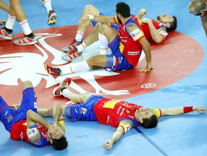 Jugadores españoles, en el suelo del  pabellón de Zagreb tras ganar la final del Europeo.