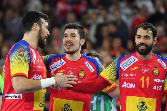 Gedeon Guardiola, Alex Dujshebaev y Dani Sarmiento celebran el oro...