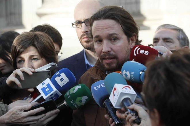Pablo Iglesias atiende a los medios tras registrar una proposición de ley en el Congreso.