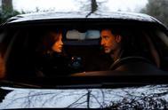 Los Reyes, en el interior de su coche, de camino al colegio de sus hijas.