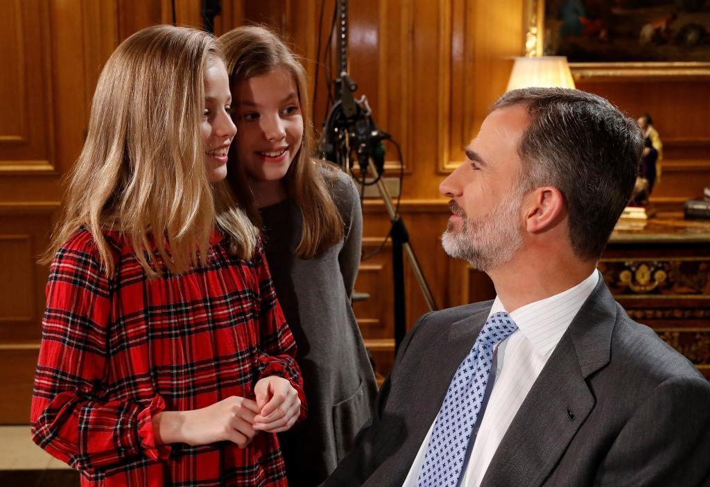 El Rey conversa con sus hijas, Leonor y Sofía, en un descanso de la...