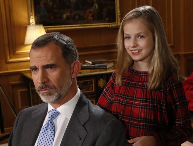 La Princesa Leonor, junto a su padre, el Rey Felipe, en una foto...