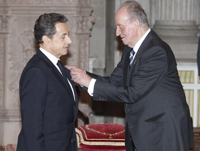 Don Juan Carlos entrega el Toisón de Oro a Sarkozy en 2012.