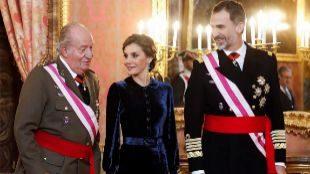 Felipe VI, junto a la Reina Letizia y el Rey emérito, durante la...