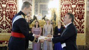 El rey Felipe VI recibiendo las cartas credenciales del nuevo...