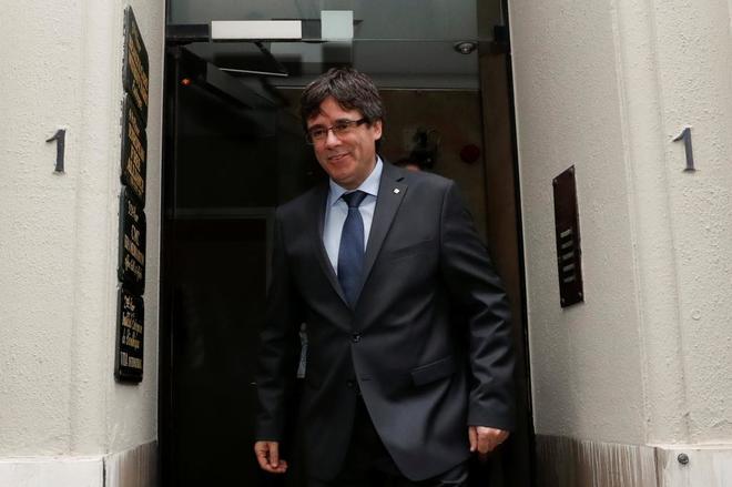 Carles Puigdemont saliendo de su reunión con Roger Torrent, la pasada...
