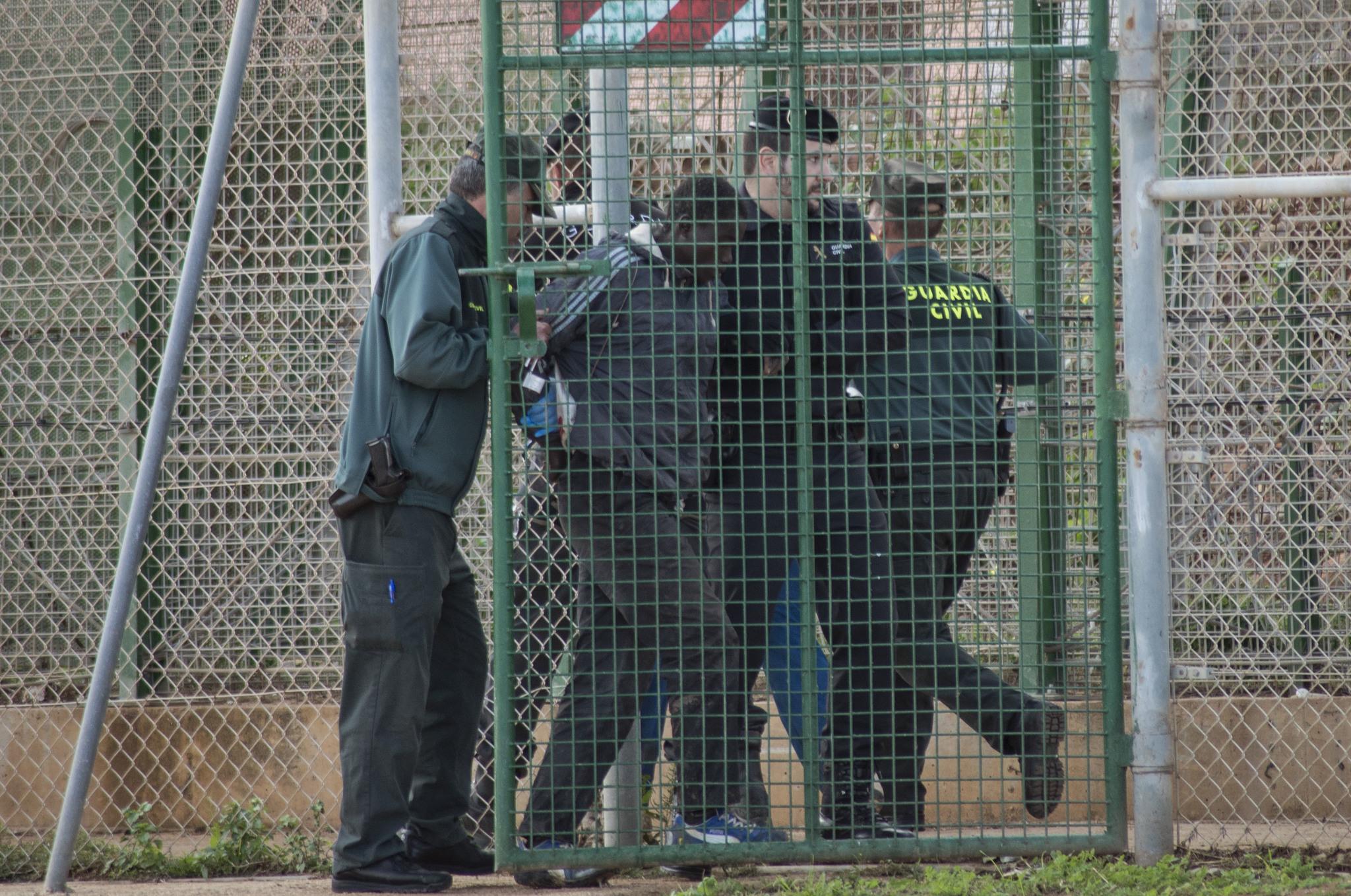 Agentes de la Guardia Civil devuelven a territorio marroquí a un...