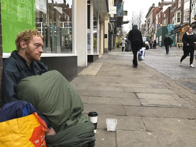 Wayne, de 42 años, en las puertas de la tienda donde vive y duerme, en Windsor.