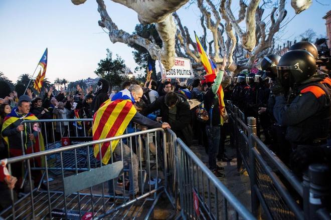 Resultat d'imatges de enfrentamiento entre independentistas