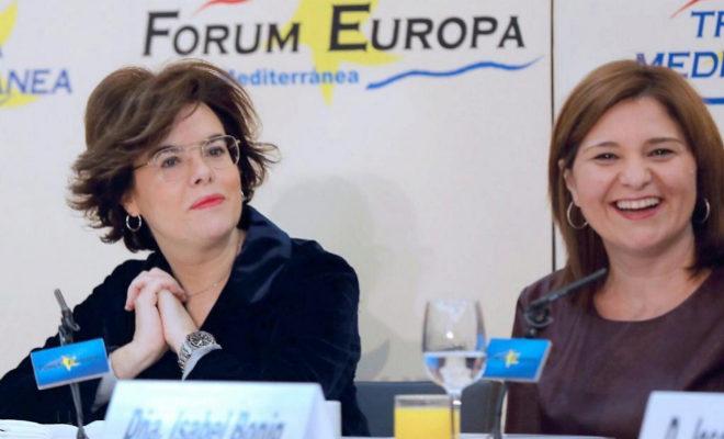 La presidenta del Partido Popular de la Comunitad Valenciana, Isabel Bonig (d), junto a la vicepresidenta del Gobierno, Soraya Saénz de Santamaría.
