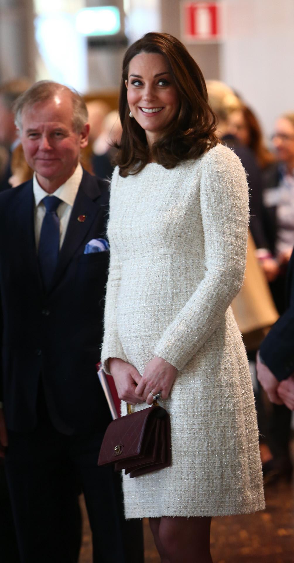 c019fd92b Kate Middleton y su estilo premamá en su tercer embarazo - Vestido de tweed  de Alexander