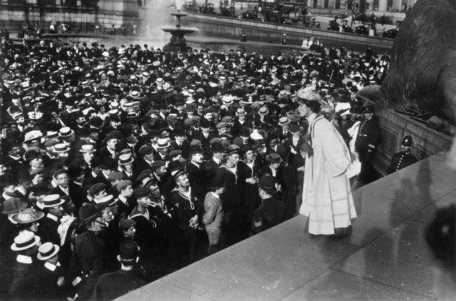 La sufragista británica Emmeline Pankhurst se dirige a una multitud en Trafalgar Square, Londres (Reino Unido).
