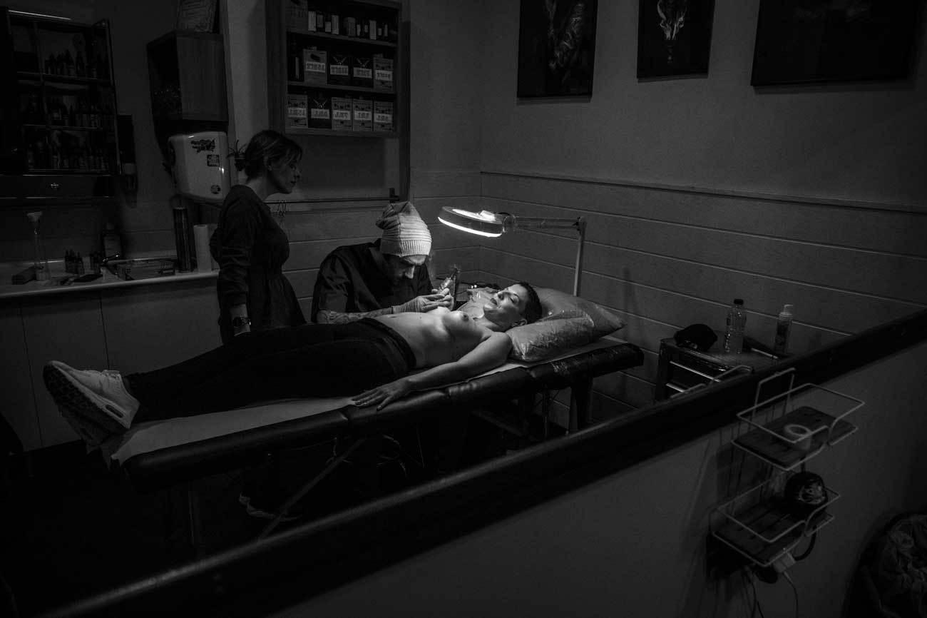 Alvaro tatúa sobre el pecho de Beatriz, que a sus 37 años ha...