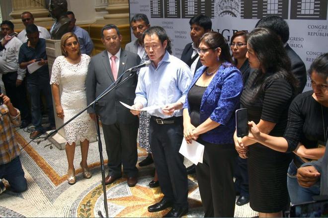 Kenji Fujimori (centro), hijo del ex presidente peruano Alberto Fujimori, ante la prensa