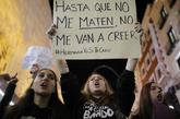 Una chica sostiene un cartel en una manifestación contra el machismo,...
