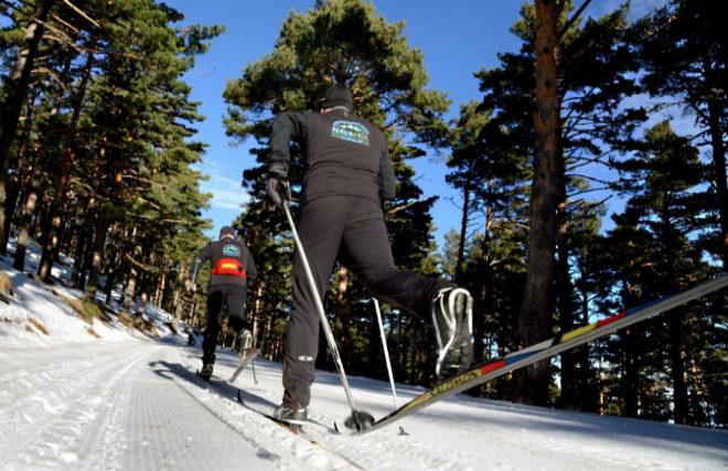 Esquiadores en las pistas del Centro de Esquí Nórdico de Navafría.