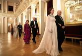El vestido estaa hecho en seda y tenía cristales bordados en la...