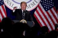 Donald Trump habla frente al Comité Nacional Republicano en Washington.