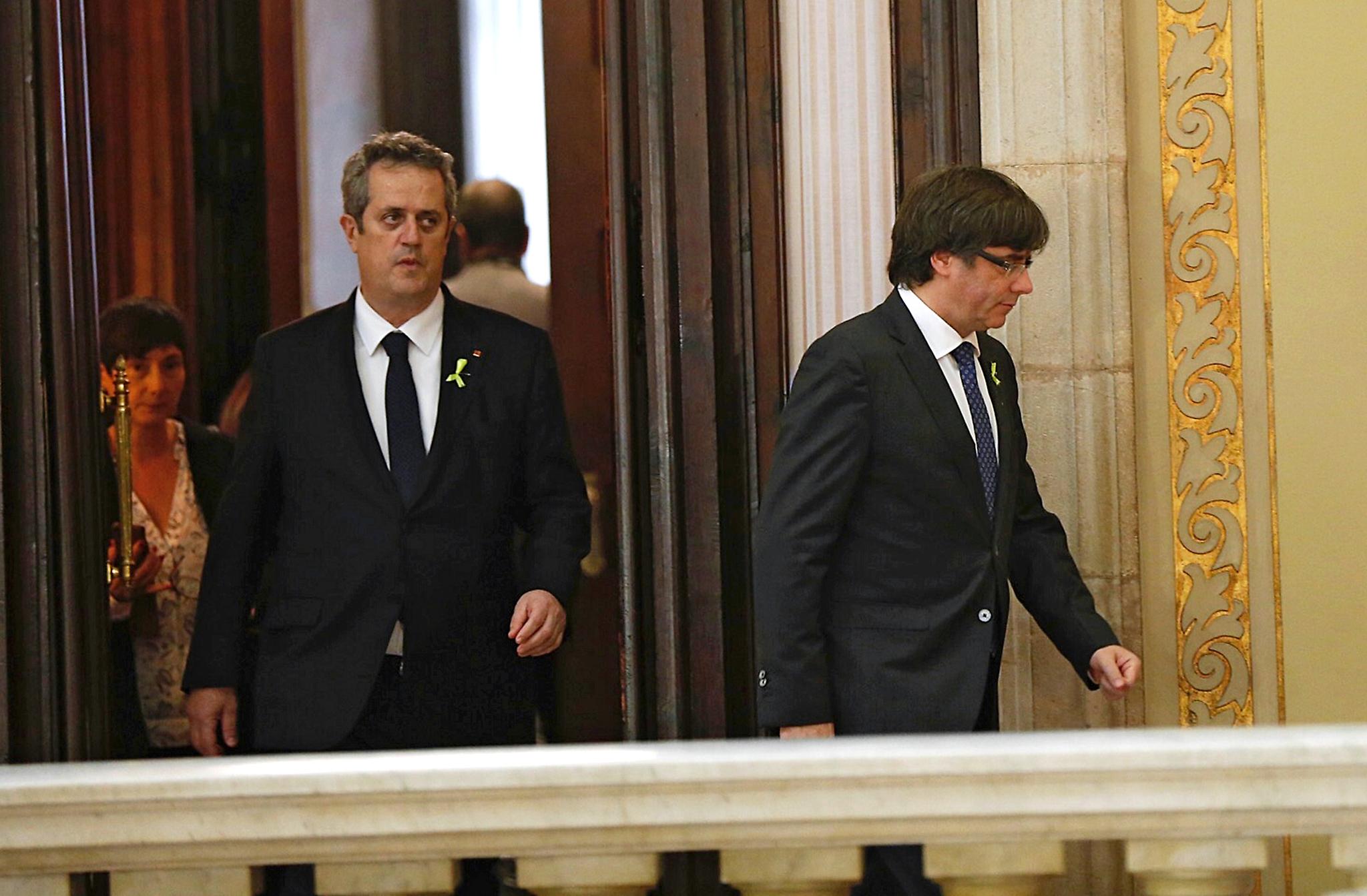 Joaquim Forn camina detrás de Carles Puigdemont el pasado 27 de...