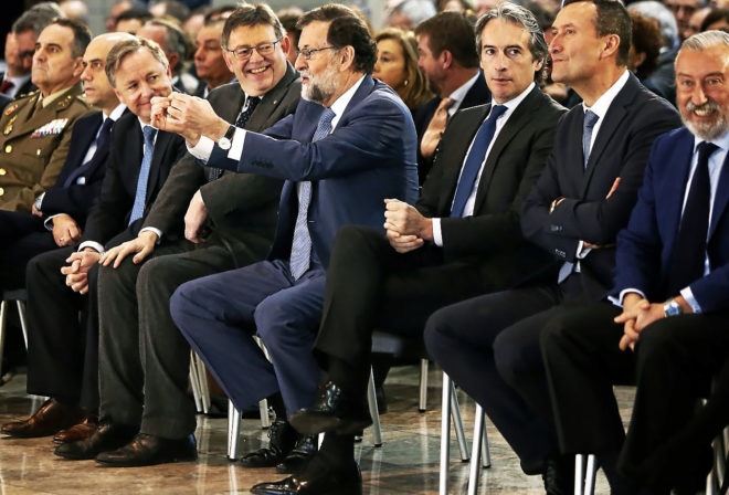 El presidente del Gobierno bromea con Ximo Puig en el aniversario del aeropuerto de Alicante.