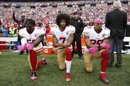 Colin Kaepernick, en el centro, fue el jugador que empezó las protestas.