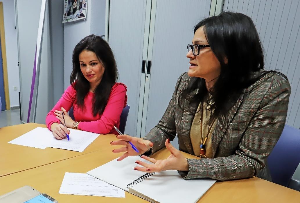 De izq. a dcha, la psicóloga Nuria Fernández y la trabajadora social Susana Portillo.