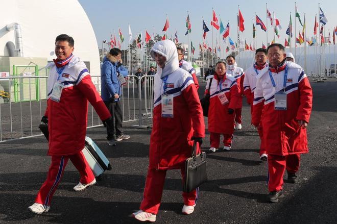 Parte de la delegación de Corea del Norte llegando a la Villa...