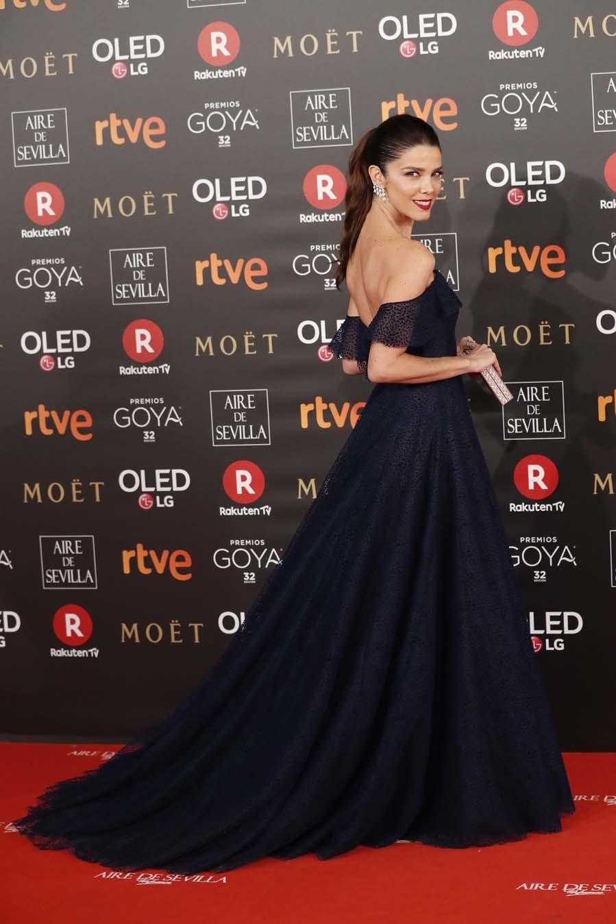 Juana, una de las actrices más elegantes de la noche con un vestido...
