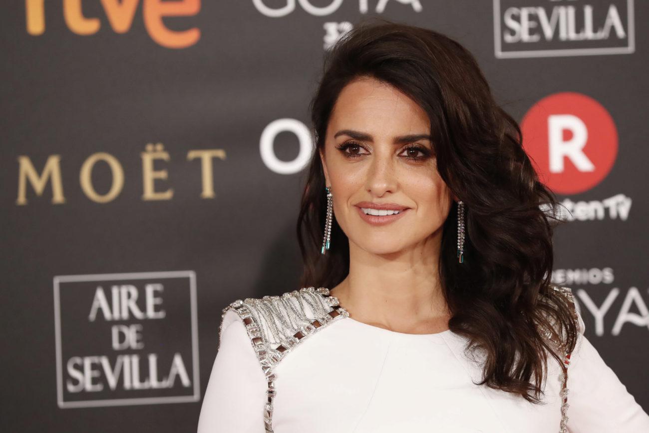La actriz ha combinado su impresionante Versace blanco con pendientes...