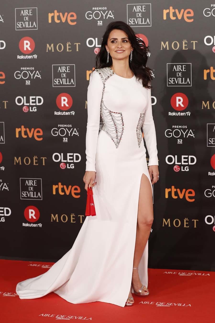 Penélope Cruz con vestido blanco de manga larga del Atelier...