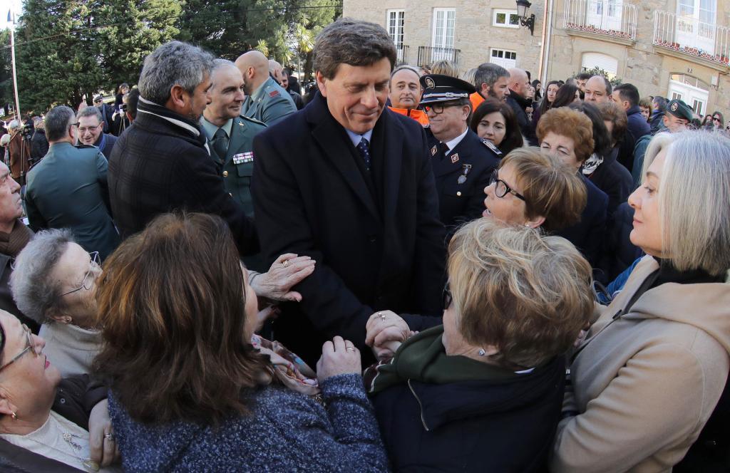 Juan Carlos Quer saluda a varias mujeres tras el homenaje celebrado...