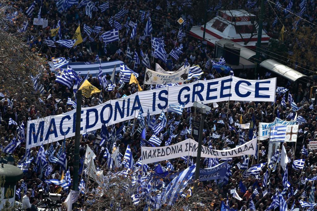 Decenas de miles de griegos se manifiestan en Atenas por el nombre de Macedonia.