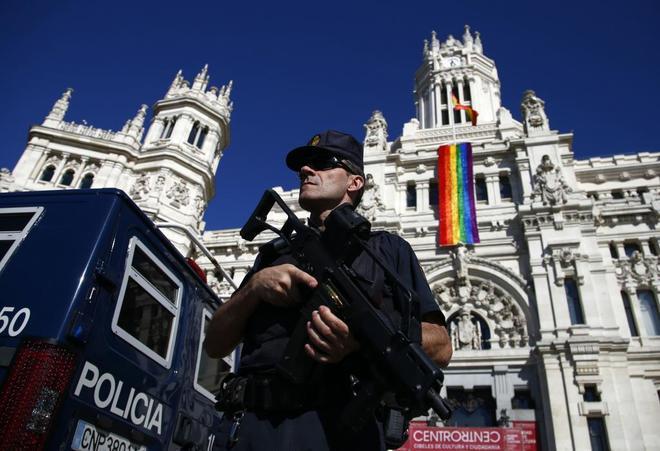 Un policía nacional frente al Ayuntamiento de Madrid