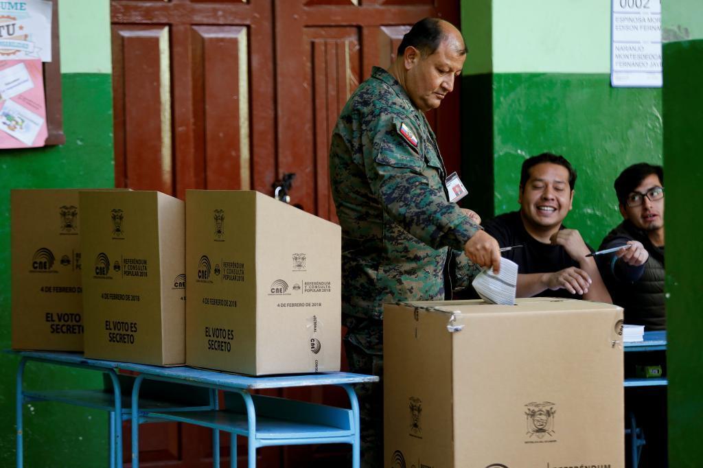 Un militar ecuatoriano vota en un colegio electoral, en Quito.