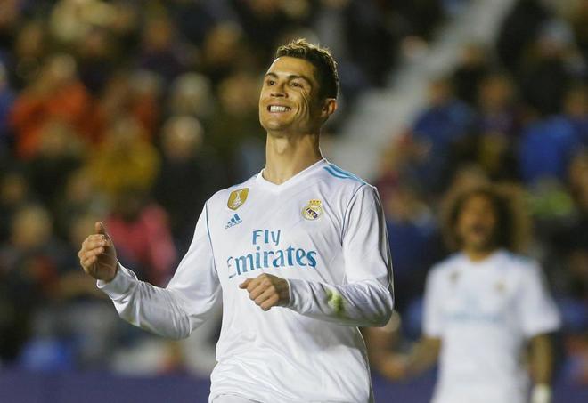 Cristiano Ronaldo, tras fallar una ocasión de gol en el partido ante...