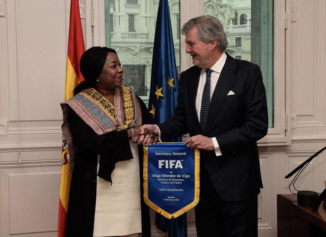 La secretaria general de la FIFA, Fatma Moura, con el ministro de Educación, Cultura y Deportes, Méndez de Vigo.