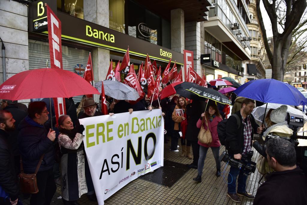 La concentración, a las puertas de la oficina de la avenida Alexandre Rosselló en Palma.