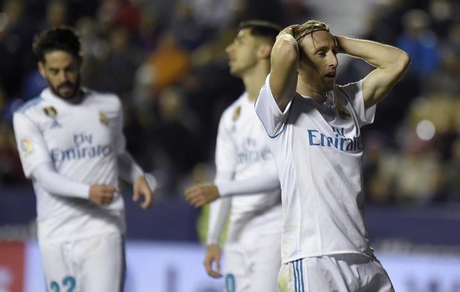 Los jugadores del Real Madrid se lamentan tras el tropiezo ante el...