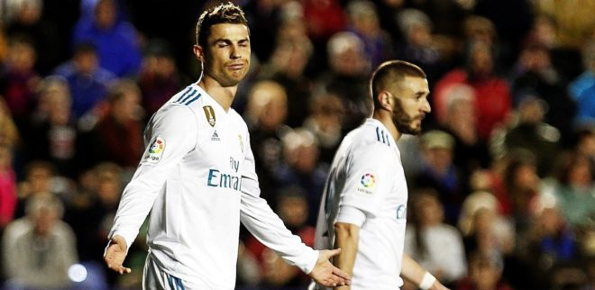 Cristiano Ronaldo y Karim Benzemá, durante el partido ante el...