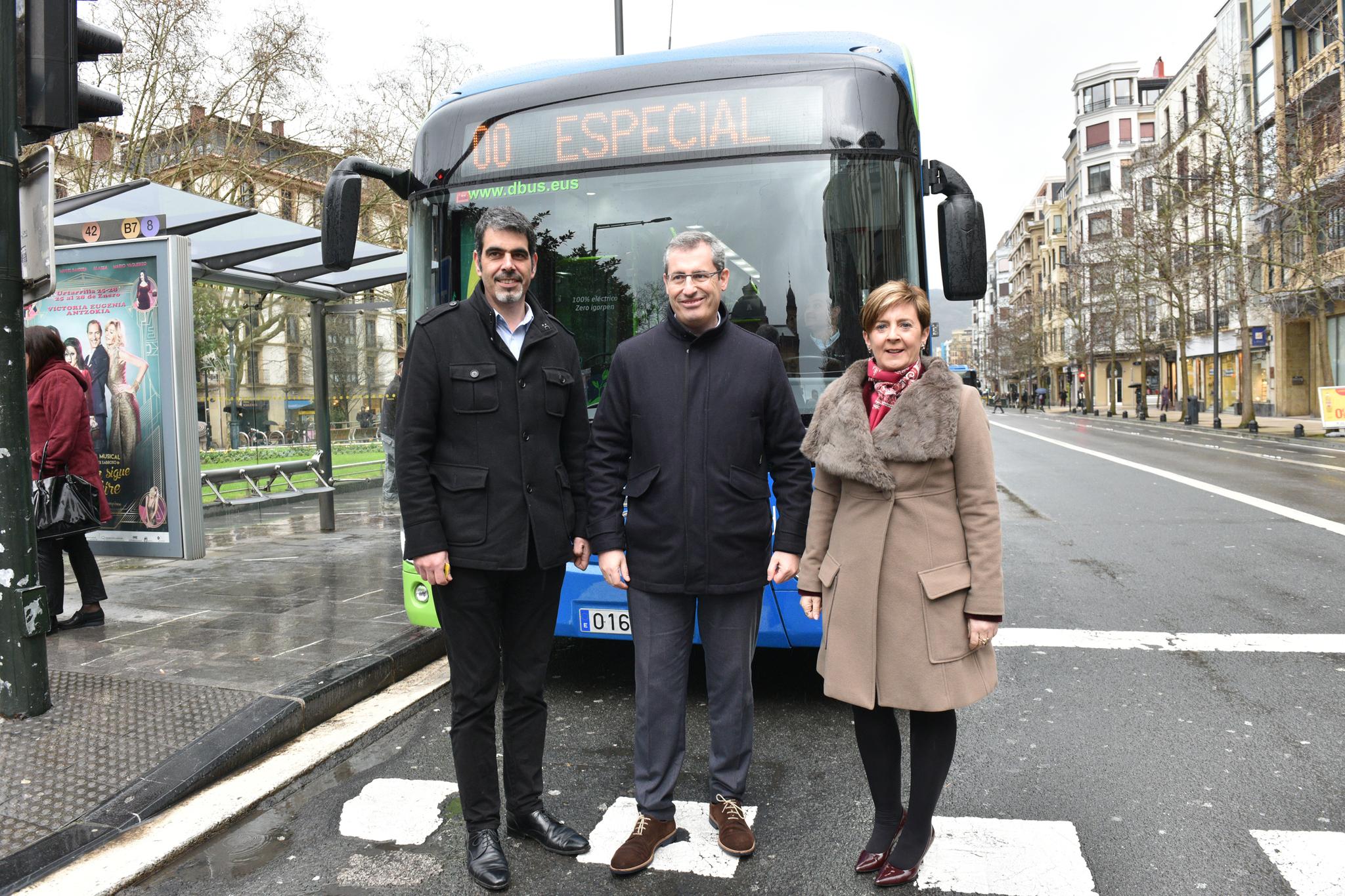 Eneko Goia, Markel Olano y la consejera Arantxa Tapia, en la presentación de un proyecto de movilidad urbana en San Sebastián.